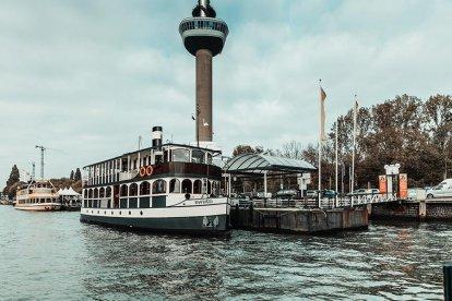 Vaar mee met de Beren Boot en maak een mooie rondvaart van twee en een half uur door de Rotterdamse havens. Verbaas je over de bedrijvigheid op het water en de verschillende bezienswaardigheden die je tegenkomt. Tijdens de vaart geniet je van een heerlijk en uitgebreid Beren Buffet.