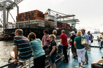 Tijdens een ontspannen en leerzame rondvaart van 90 minuten maak je kennis met het Rotterdamse Europoort gebied. Onderweg zie je verschillende industrieën, je komt schepen tegen die groter zijn dan een flatgebouw en misschien zie je zelfs wel zeehondjes!