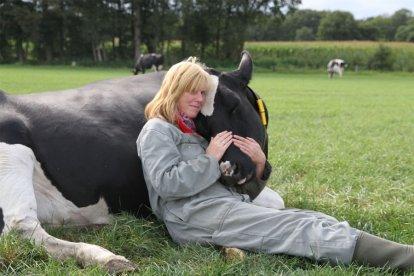 Je bezoekt de boerderij en je ziet hoe een dag als boer eruit ziet. Na de uitgebreide rondleiding krijg je uitleg over het koeknuffelen. Uiteindelijk kies je je eigen koe uit de wei en krijg je een workshop koeknuffelen!