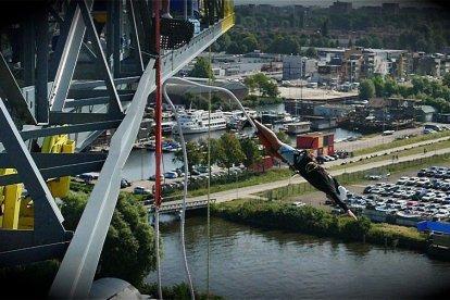 Geniet vanaf de monumentale Faralda Crane-kraan van het prachtige uitzicht over het IJ en de stad en ervaar het gevoel van een vrije val van tientallen meters naar beneden.