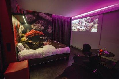Hoe romantisch kan het zijn? Een hele avond genieten van jullie eigen privé faciliteiten in deze heerlijke privé lounge. Met z'n tweeën romantisch genieten van een privé diner met een fles genotsdrank en lekker onderuit een film kijken in jullie eigen privé cinema room. 100% Quality time voor elkaar, geen prikkels van vreemde mensen om je heen. Een ALL-IN concept. Een hele avond romantisch genieten alleen voor jullie twee!