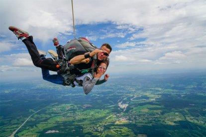 Een avontuurlijke belevenis die het 100% waard is. Tijdens deze belevenis ervaar je de adrenaline kick van een tandemsprong. Op 4000 meter, een vrije val met de meest veilige uitrusting en instructeurs. Een sensationeel cadeau om nooit te vergeten!