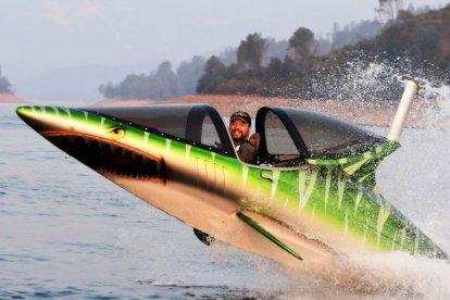 De nieuwste sensatie van Nederland wacht op jou! Tijdens deze adrenalinekick ga je van 0 naar 100 km/u in 4 seconden! Je duikt onder de watergrens en springt vervolgens als een haai uit het water. Hou je goed vast, voel de G-krachten en maak sprongen van wel 6 meter hoog!