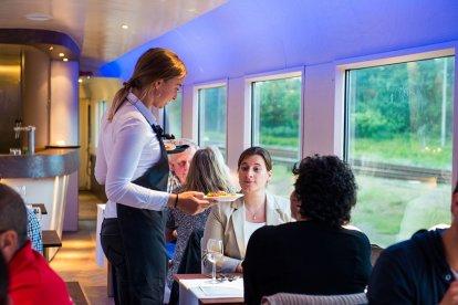 Een rijdende trein is verreweg één van de meest unieke locaties om te brunchen. Kom aan boord van de Dinner Train en geniet van het Nederlandse landschap terwijl je verrast wordt door de chef en stewards met een uitmuntende brunch. Geniet van een culinaire trip over Nederlandse rails!