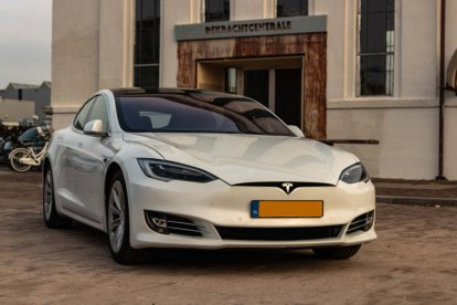 30 minuten zelf rijden in een Tesla