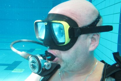 Heb je altijd al een keer willen duiken? Deze belevenis bied je een avontuurlijke duik-les! Na een half uur theoretische uitleg, ga jij samen met een begeleider het zwembad in. Leer omgaan met je duikuitrusting en zwem steeds dieper het water in!