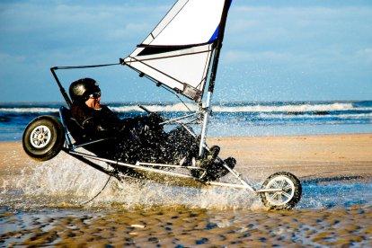 Laat je zowel tijdens het blokarten als het skyten leiden door de krachtige wind. Met de wind in het zeil kan een blokart een hoge snelheid bereiken en ook de enorme trekkracht van de vlieger zorgt ervoor dat jij over het zand wordt voortgetrokken!