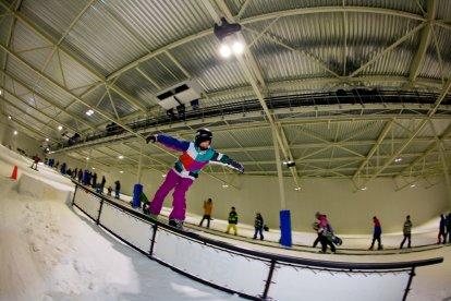 Tijdens de proefles skiën of snowboarden krijgen jullie de basis van deze sportieve activiteit onder de knie. Met twee personen genieten jullie van een snelle en stoere belevenis. Ontdekken jullie een nieuwe passie of besluiten jullie toch om het vooral bij après-ski te houden?