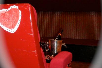 Wat heerlijk: samen met je vriend, vriendin of geliefde in de bioscoop zonder dat anderen daarbij zijn. Jullie zakken heerlijk onderuit in de stoel en onder het genot van een drankje kijken jullie naar je favoriete film op een groot scherm. Dat is heerlijk romantisch genieten!