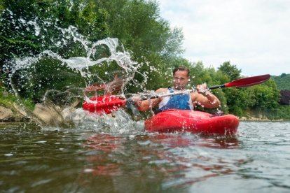 Ga samen het avontuur aan en vaar negen kilometer over de Ourthe in de Belgische Ardennen. De kanotocht leid je door de prachtige natuur met spannende watervallen en stroomversnellingen. Haal jij droog het eindpunt?