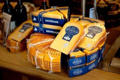 Authentiek Hollandse kazen proeven? Dat kan! In een bijzondere kaasproeverij in hartje Amsterdam maak je kennis met de smaak en het aroma van de verschillende Reypenaer kazen. Een echte Hollandse belevenis die je geproefd moet hebben!