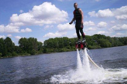 Ervaar de meest populaire watersport van dit moment nu zelf en ga flyboarden. Vlieg over het water als superman en maak duiken als een dolfijn - steeds maar weer. Met deze belevenis leer je eerst de basis. Daarna mag je zelf je kunsten op het water vertonen.