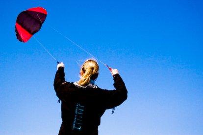Skyting: dé nieuwe en spectaculaire manier van vliegeren. Samen met een instructeur leer jij op het strand hoe je deze krachtige en snelle vlieger onder controle krijgt. Lukt het jou om met beide benen op de grond te blijven staan?