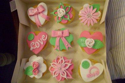 Deze belevenis is één groot feest! Je leert verschillende technieken om de mooiste taartjes te versieren. Zo maak je schattige roosjes, vrolijke bloemen en sierlijke randen of ga je aan de slag met suikerparels en feestelijke glitters.