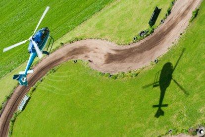 Je eigen woonomgeving en zelfs je eigen huis bewonderen vanuit de lucht? Dat kan met deze unieke helikoptervlucht. Ervaar zelf hoe het is om bekend gebied van boven te zien. Je vertrekt daarbij niet van een vliegveld, maar vanaf een weiland bij jou in de buurt!