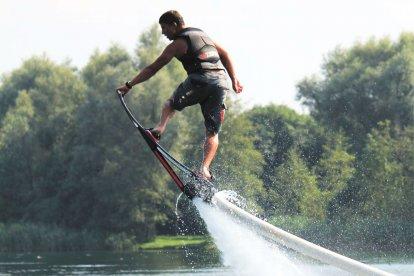 Glij en vlieg over het water met de nieuwste watersportrage van Nederland: hoverboarden. Je wordt voortgestuwd door een jetski en maakt met je hoverboard allerlei spectaculaire capriolen op en over het water. Een must voor watersportliefhebbers!