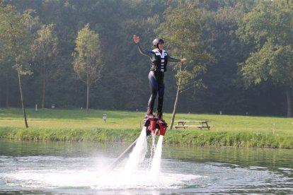 Beleef dé watersport sensatie van dit moment: flyboarden. Je kunt door het water plonzen als een vis, of tot meters boven het water komen en vliegen zoals je favoriete superheld dat doet! De instructeurs zitten op een jetski en regelen de waterkracht, zodat het ook een veilige belevenis is.