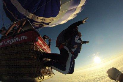 Je bent nog maar enkele ogenblikken verwijderd van een waanzinnig avontuur. Je stijgt op in een luchtballon en geniet van de rust en het prachtige uitzicht. Dan maak je je klaar voor een waanzinnige tandem parachutesprong. Samen met de instructeur spring jij uit de ballon! Absoluut een onvergetelijke belevenis.