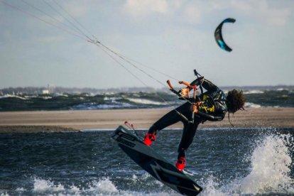 Leer in korte tijd de basisprincipes van het kitesurfen op de Zuid-Hollandse golven en beleef deze gave sport op een mooie en veilige manier. Na afloop van de cursus ga je genieten van gegrilde lekkernijnen op de barbecue. Sporten en smullen dus!