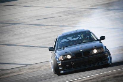 Het geeft een waanzinnige kick wanneer je jouw auto onder de meest extreme omstandigheden onder controle weet te houden. Leer de drifttechnieken van professionele instructeurs en drift feilloos door de bochten. Een geweldige en heel leerzame ervaring!