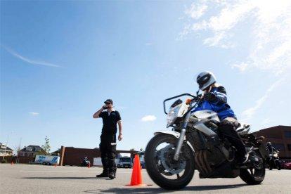 Maak kennis met het besturen van een motor. Tijdens een 3,5 uur durende motor experience krijg je eerst een theorieles rijvaardigheid en daarna stap je op de motor voor het praktische gedeelte. Je leert onder meer op- en terugschakelen, manoeuvreren en scherpe bochten maken!
