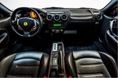 Kruip achter het stuur van de Ferrari F430 en ervaar de kracht, het geluid, de grip en de reacties van deze geweldige wagen. Samen met een ervaren instructeur ga je de weg op om het temperament van deze Italiaanse bolide zelf te beleven!