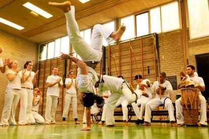 Wil jij niet eens kennismaken met de gave martial art Capoeira uit Brazilië? Boek dan nu deze unieke proefles en beleef Capoeira zelf. Het is een totale work-out met de nadruk op spel, een combinatie van muziek, acrobatiek, gevecht en dans. die je fitter, leniger en slanker maakt!