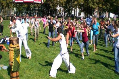 Wil je graag eens kennis maken met de coole Braziliaanse sport Capoeira? Of ben je bezig een familiedag of een vrijgezellenuitje te plannen? Dan is deze Capoeira Workshop voor max. 10 personen echt iets voor jou! Versterk het groepsgevoel met de unieke combi van muziek, acrobatiek, dans en gevecht.