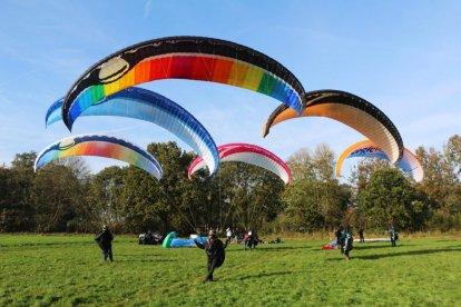 Is één paraglide vlucht voor jou niet genoeg? Beleef dan nu Paragliding Double Action. Je maakt twee vluchten: een normale vlucht en een vlucht waarin de mogelijkheid bestaat zelf te sturen. Laat de piloot bepaalde manoeuvres maken, of geniet extra van het uitzicht als een vogel in de lucht!