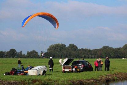 Paragliders ken je waarschijnlijk wel van je vakanties in de bergen. Je ziet daar vaak de kleurige schermen vliegen. Wil je eens uitgebreid kennismaken met deze prachtige en uitdagende paraglidingsport, dan is deze Paragliding Introductie echt iets voor jou.