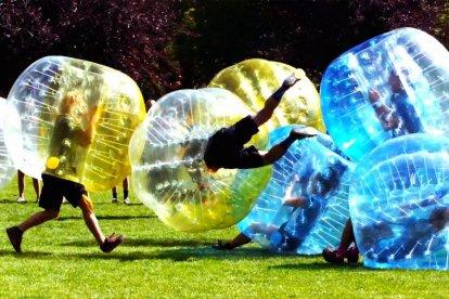 Bumperball spelen met 8 personen