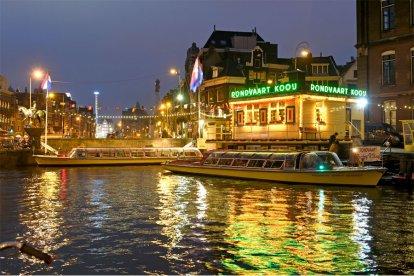 Neem je vriend(in) of geliefde mee op een romantische rondvaart. Samen vaar je in de avonduren over de Amsterdamse grachten, de Amstel en het IJ. Tijdens de avondcruise worden er in ruime mate wijnen, frisdranken, kazen en zoutjes geserveerd. Er is ook een meertalige gids aanwezig.