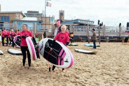 Wil jij de zee op een ontspannen manier ervaren? Neem dan eens een sup-les van 1,5 uur bij een echte surfschool. Tijdens de les leer je de veiligheidsregels, basistechnieken en bewegingstechnieken. Daarna kun je overal ter wereld een sup-board huren om heerlijk zelf te sup-pen.