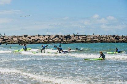 Zou je graag eens met een surfboard de zee op willen gaan maar heb je geen idee hoe dat moet? Dan is deze surfles beslist iets voor jou! Je krijgt ruim 2 uur surfles van professionele surf instructeurs. Na een korte theorie uitleg ga je het water in om je eerste golven te surfen.