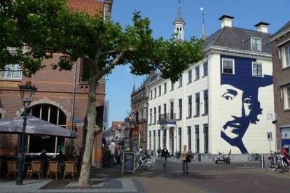 De stad Kampen is een mooie, oude Hanzestad met een heel sfeervol historisch centrum. Met deze belevenis leer je je de geschiedenis, kunst en de lokale lekkernij goed kennen. Je bezoekt het Stedelijk Museum, de Koornmarktpoort en de Gemeentelijke Expositieruimte.